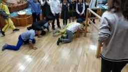 Kids kept crawling under Hong Teacher.